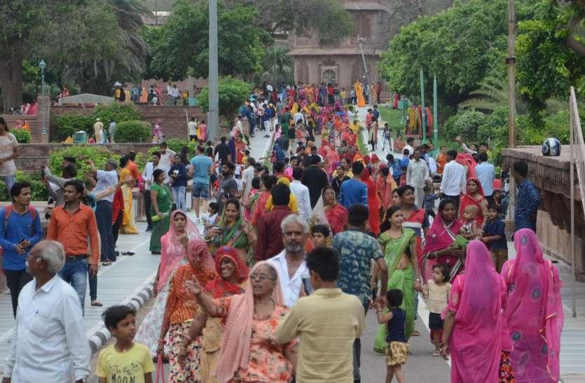 हरियाली अमावस्या के दिन धार्मिक स्थलों पर उमड़ा आस्था का ज्वार