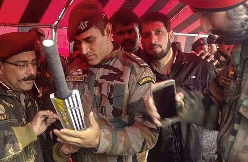 आर्मी के ड्रेस में बल्ले पर ऑटोग्राफ देते महेंद्र सिंह धोनी की तस्वीर हुई वायरल