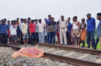 रेलवे ट्रैक पर संदिग्ध अवस्था में मिली युवक की लाश, मोबाइल-चप्पल इस हालत में देख हुआ संदेह