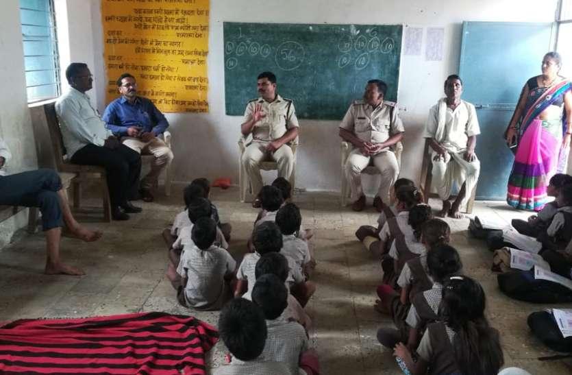 बच्चा चोरी मामला : पुलिस स्कूल व गांवों में जाकर दे रही समझाइश