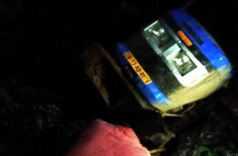 अंधेरे में खड़ी थी मौत.....बचने के लिए चालक ने स्टीयरिंग घुमाया तो जा गिरा 12 फ़ीट नीचे ..... दबने से निकल गई एक की जान