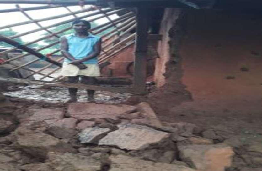 कल रात से हो रही लगातार बारिश से उजडऩे लगे ग्रामीणों के आशियाने