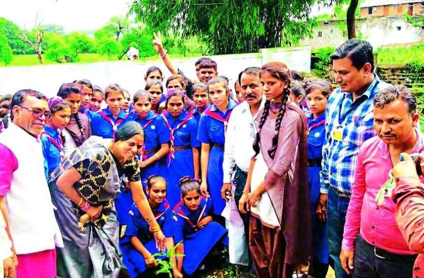 बालिकाओं के साथ स्कूल परिसर में किया पौधरोपण