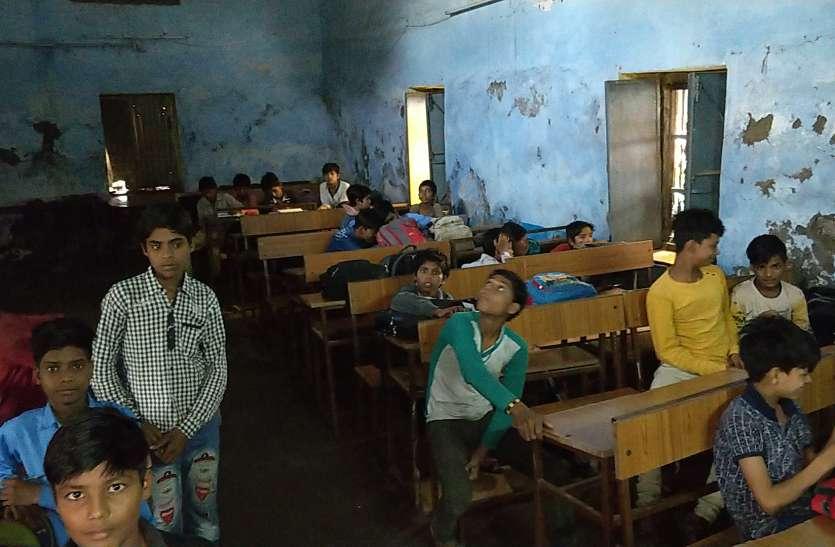 mp government school : एमपी में सरकारी स्कूलों की ये है हकीकत, टपकती छत, सीलनभरी क्लासेस में संवर रहा बच्चों का भविष्य , देखें वीडियो