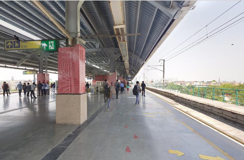 बच्चों को छोड़ दिल्ली मेट्रो की पटरी पर सुसाइड करने उतरी मां, बेटे ने ऐसे बचाई जान