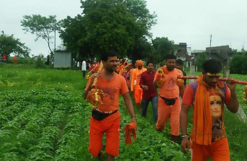 स्कूल पहुंचने में होती थी परेशानी...ग्रामीणों ने चंदा कर खरीदी जमीन, बनाएंगे रास्ता