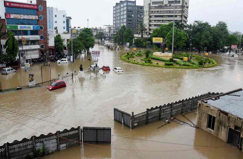वडोदरा में भारी बारिश से सड़के बनीं तालाब, घरों में घुसे मगरमच्छ