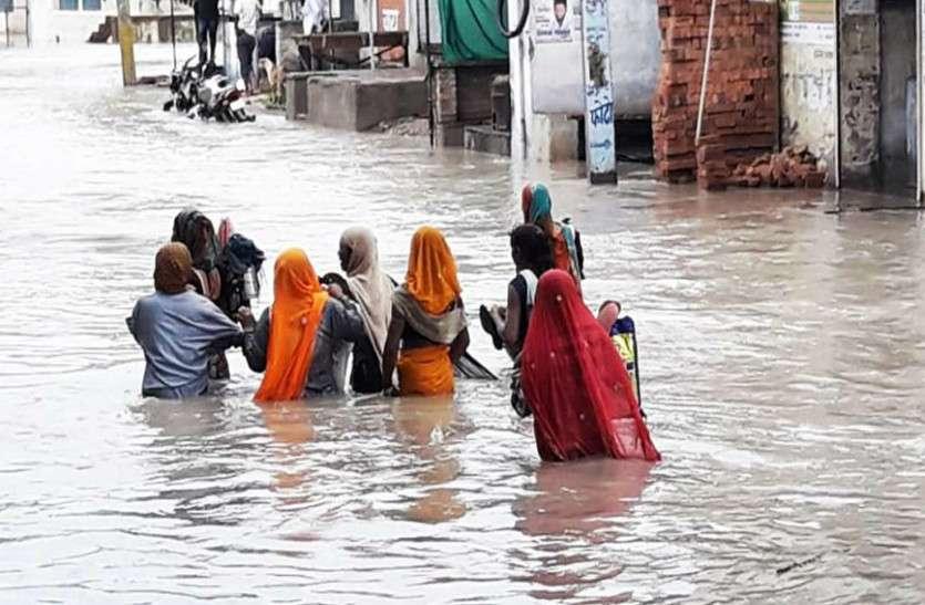 राजस्थान : आसमां से आफत बनकर बरसी बारिश, उफनती नदियों के बीच घिर गए कई गांव, देखें वीडियो