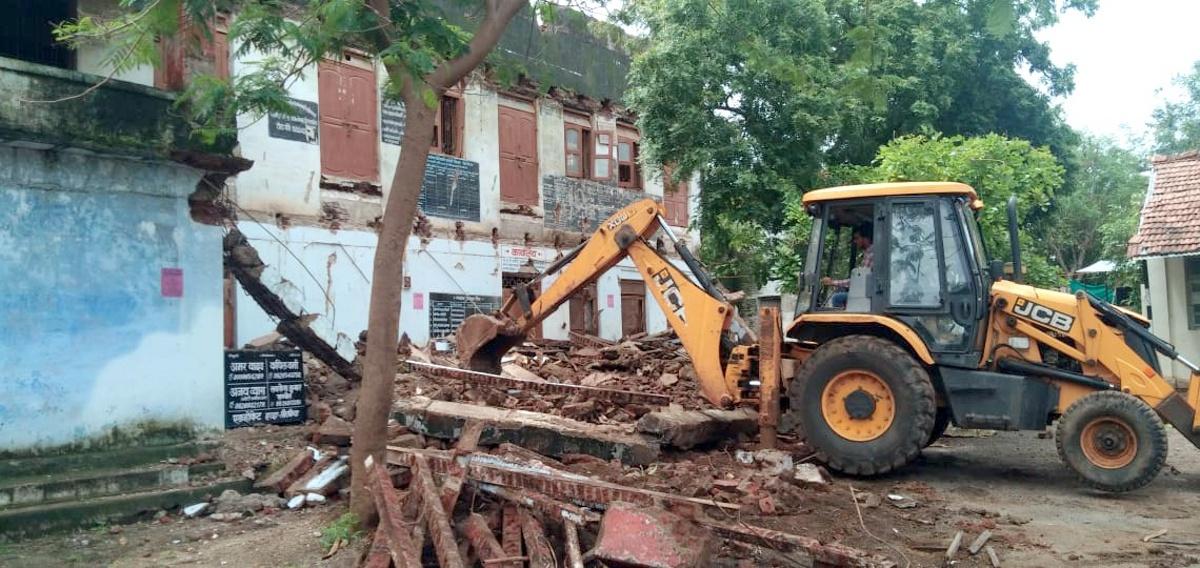 जपं में जहां दिन में अधिवक्ता बैठते थे वह पुराना भवन रात में ढह गया