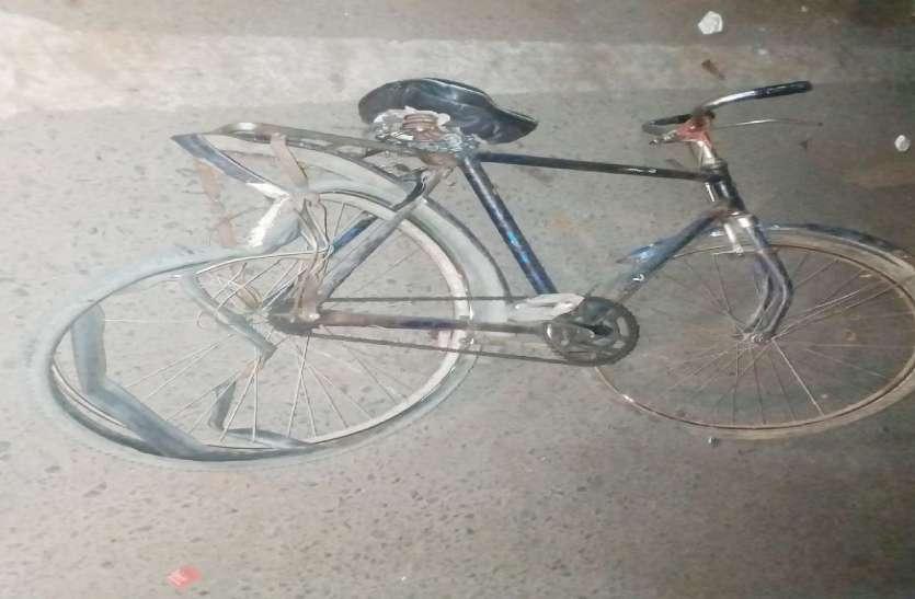 साइकिल पर गांव जा रहे पति-पत्नी को कार ने कुचला, पत्नी की दर्दनाक मौत