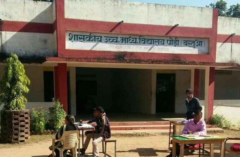 स्कूलों मे गाइड लाइन से हटकर छात्रों से वसूली जा रही प्रवेश शुल्क की राशि
