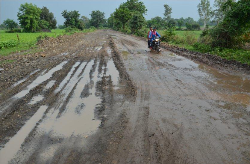 अधूरा रोड बना ग्रामीणों के लिए मुसीबत, वाहन चालक हो रहे परेशान
