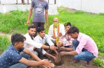 पर्यावरण बचाना तो हर एक को पौधा लगाकर उसकी देखरेख करना होगी