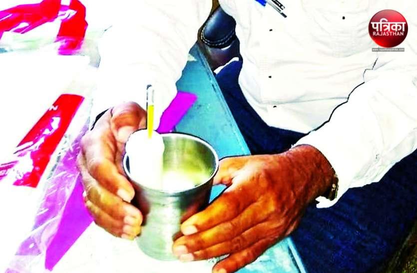 निरीक्षण में खुली सरकारी स्कूल की पोल, बच्चों को बांट रहे पानी मिला दूध, मिड डे मिल में भी मिली गड़बडिय़ां