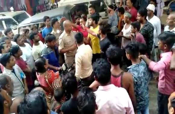 यूपी में बीच सड़क पर पुलिसकर्मी को भीड़ ने पीटा, वीडियो हो रहा वायरल