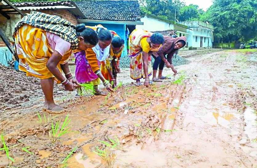 इस गांव में महिलाएं हो गई इतनी प्रताड़ित कि प्रशासन की आँख खोलने कर रहे ऐसा काम