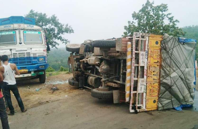 शराब की खेप लेकर आ रहा वाहन अमिलिया घाटी पर पलटा, दो की हालत गंभीर, जानिए कैसे हुई दुर्घटना