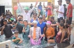 फ्रैंडशिप डे: जयपुर में डांस पूल पार्टी में मचा हंगामा