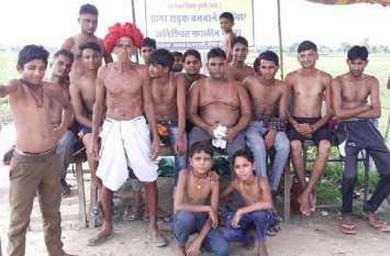 ग्रामीणों ने किया अद्र्धनग्न प्रदर्शन