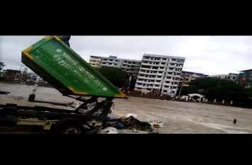 मुंबई में सफाई कर्मचारियों ने पीएम मोदी के अभियान का उड़ाया मजाक, नदी में किया ये गंदा काम
