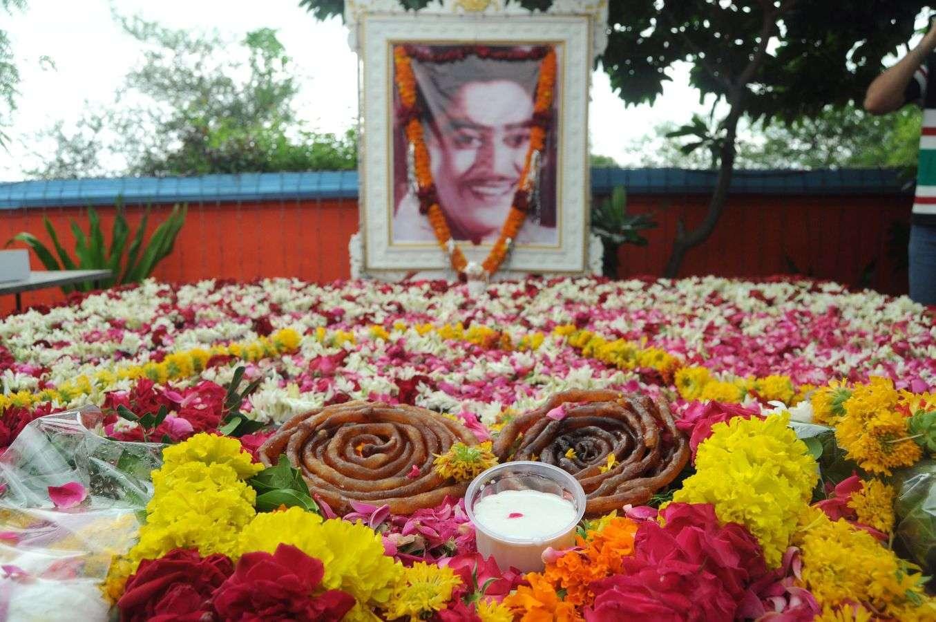 किशोर कुमार का जन्मदिन मनाया किशोर कुमार  के पैतृक निवास को आकर्षक सजाया, गीतों की दी प्रस्तुति
