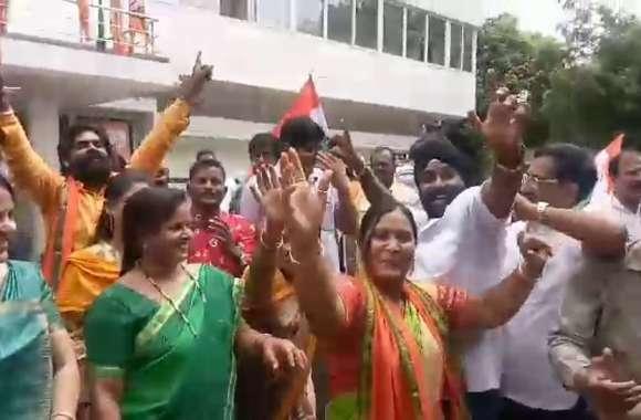 Article 370 पर फैसले से BJP कार्यकर्ताओं ने कुछ इस अंदाज में मनाया जश्न, देखिए वीडियो