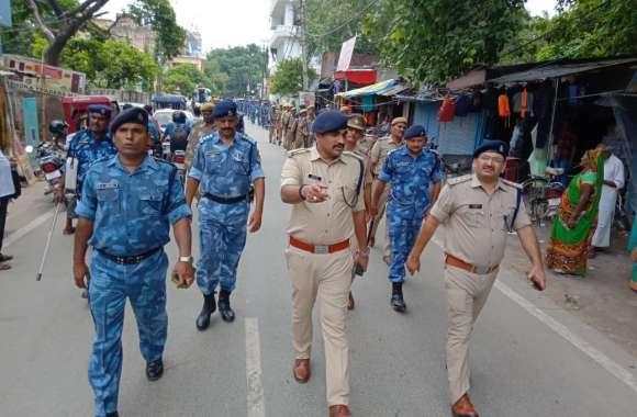 अर्द्धसैनिक बल और पुलिस के जवानों ने शहर में किया मार्च