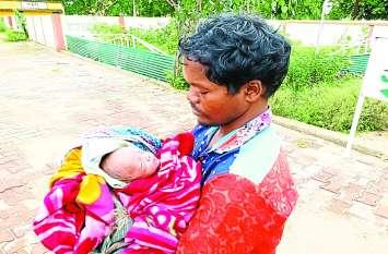 बीवी थी लापता तो 15 दिन के बच्चे को थैले में रखकर ढूंढता रहा पिता, जब इस हाल में मिली मां...