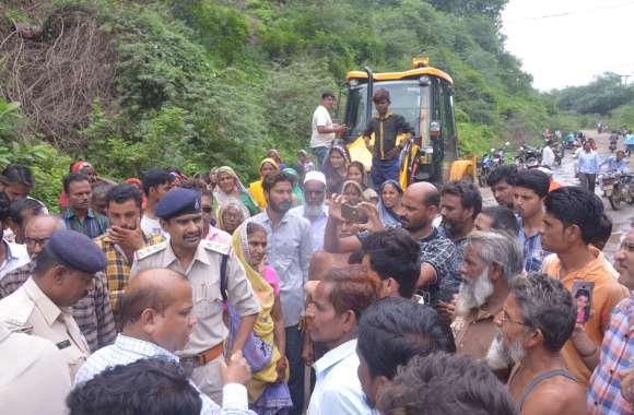 राजघाट की दूसरी ओर भी तोड़ा पुल का रास्ता, फिर हुआ विरोध