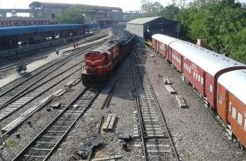train बारिश ने बिगाड़ी ट्रेनों की चाल, घंटों हो रहीं लेट