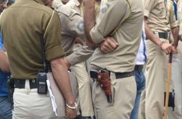 Punjab: डीसी कार्यालय के बाहर पुलिसवाले को घेर कर पीटा महिलाओं नें ।