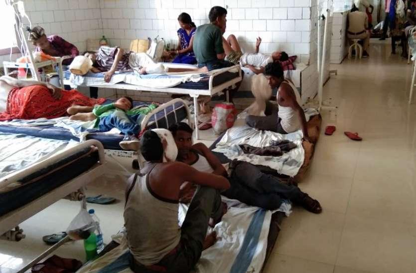 बारिश बनी फजीहत, टपकती छत के नीचे मरीजों ने बैठकर बिताई रात, जानिए क्या है पूरा मामला