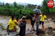 ओडिशा में नदियां उफान पर, जान जोखिम में डाल यूं लोगों को बचा रहे हैं राहत दल