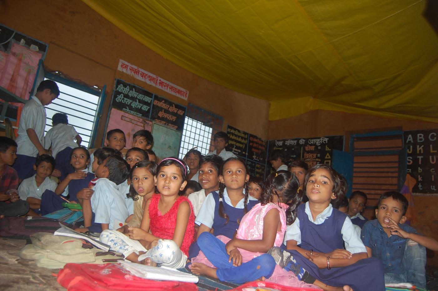 कमरों में पन्नियां लगाकर बच्चों को पढ़ाने को मजबूर शिक्षक