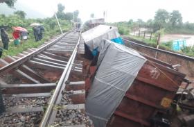 ओडिशा में बाढ़ से बुरा हाल, यह ट्रेनें हुईं रद्द, इन हेल्पलाइन नंबर्स से मिलेगी मदद