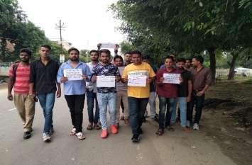 उन्नाव पीड़िता के आरोपी विधायक को सपा कार्यकर्ताओं ने की फांसी देने की मांग