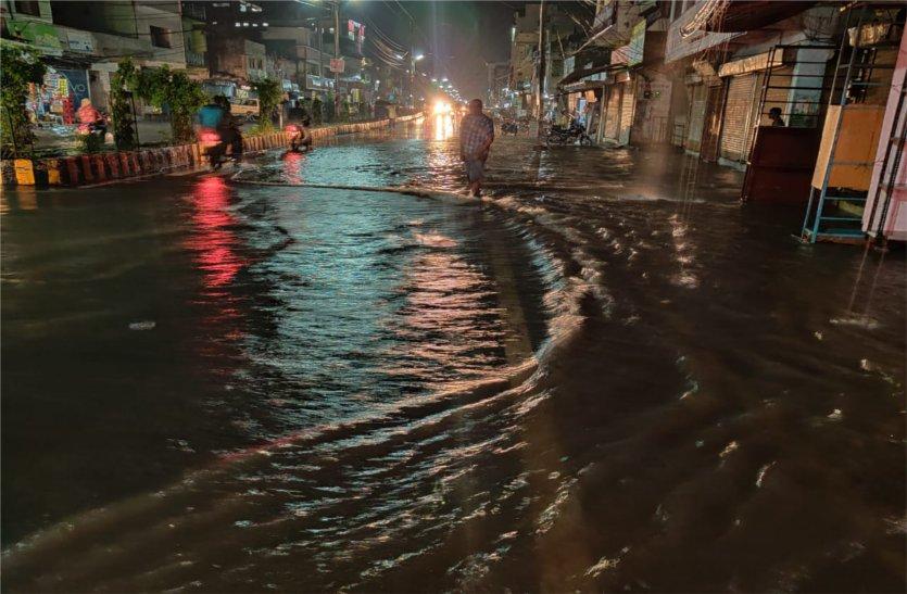 बारिश में सड़कें बन जाती हैं तालाब, फंसने लगते हैं वाहन, जिम्मेदार बेखबर