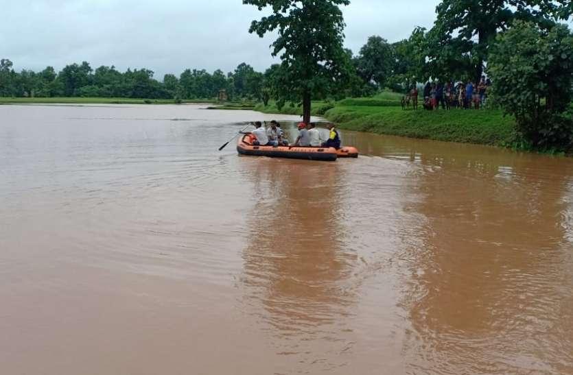 हर्राभाट में नाव चलाकर ग्रामीणों को बचाया