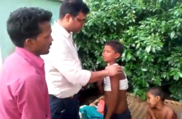 मंदिर में दीपक जलाने गए चार बच्चों पर मधुमक्खियों ने बोला हमला, एक की हुई मौत, देखें वीडियो