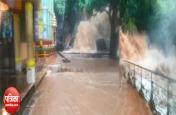 भारी बारिश से अचानक बहने लगे झरने, 'शिव मंदिर' बना टापू