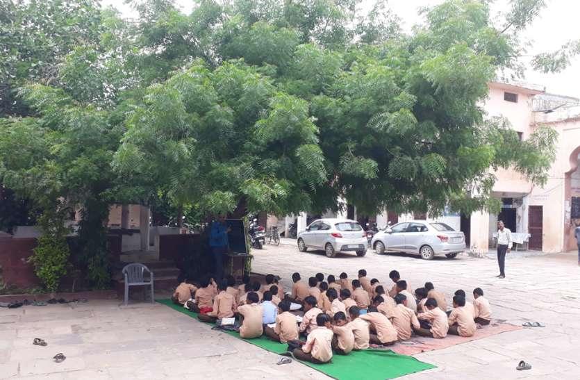 यहां पेड़ तले होती है बच्चों की पढ़ाई...जानिए कहां है ऐसा स्कूल