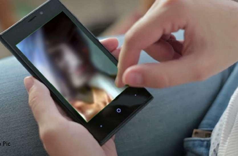पत्नी की अश्लील और अंतरंग फोटो भेज दी रिश्तेदारों के वॉट्सएप पर, पत्नी ने फिर कर दिया ये कांड
