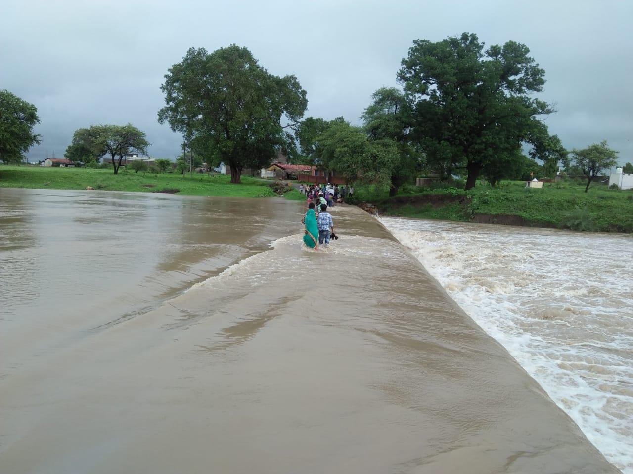 तेज बारिश से नदी-नाले उफने, रपटों पर बाढ़ का पानी, 20 रुपए में पार निकाला जा रहा