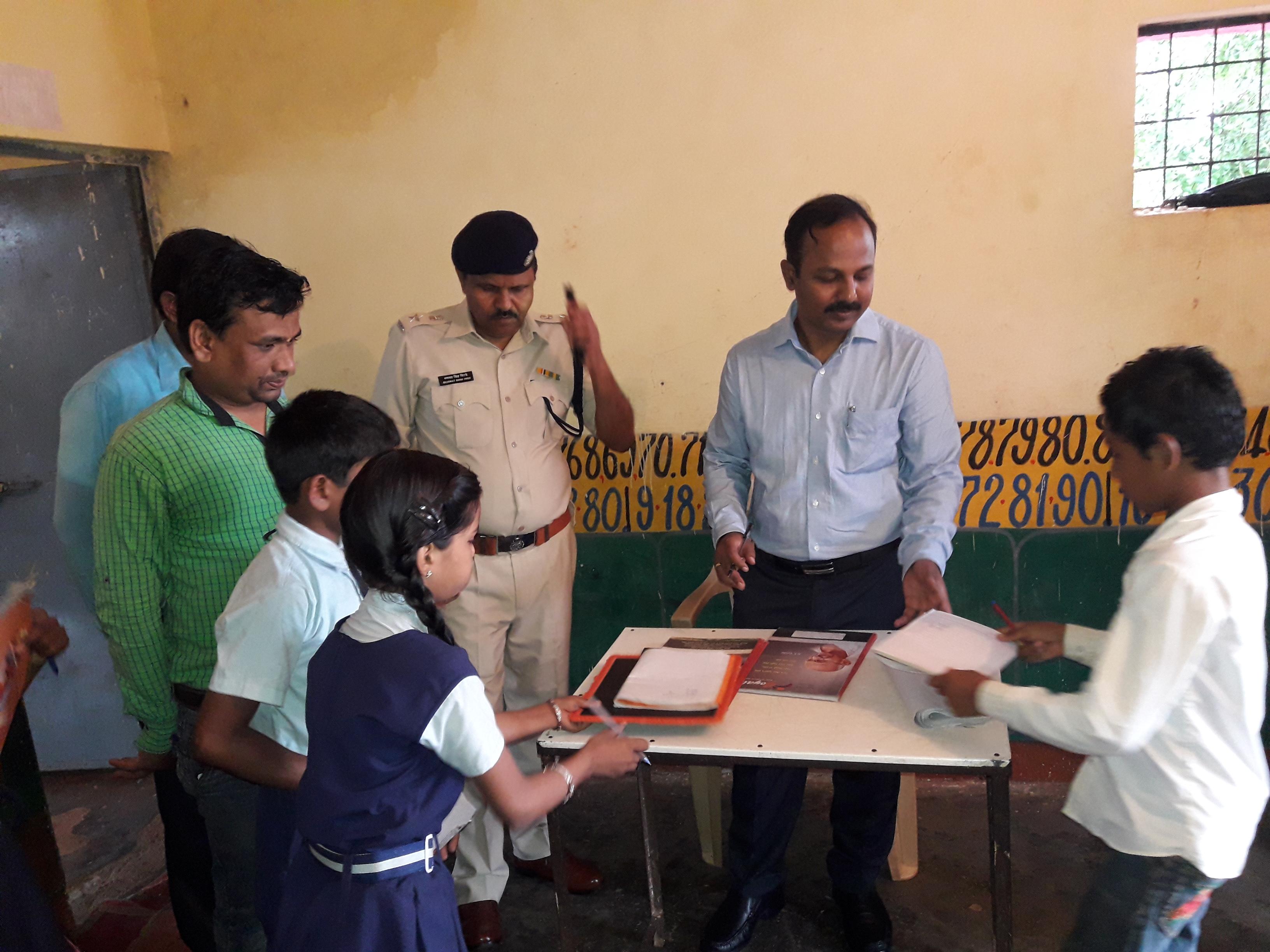 औचक निरीक्षण पर ग्रामीण अस्पताल, स्कूल और आंगनवाड़ी पहुंचे अफसर