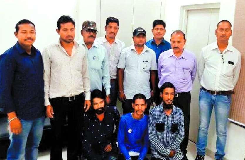 विदेशियों से ड्रग्स खरीदकर छात्रों को तीन हजार रुपए में बेचते थे एक ग्राम पुडिय़ा