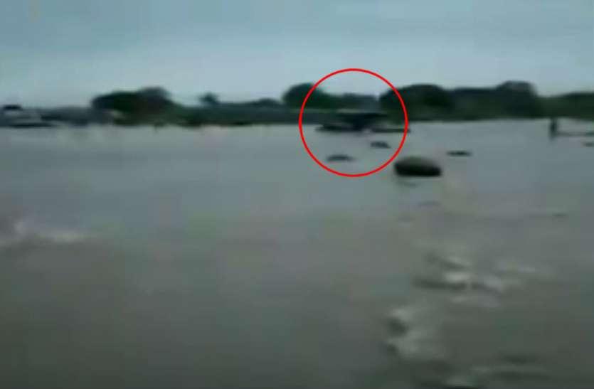 VIDEO: देखते ही देखते नदी में डूब गया टैक्टर, ड्राइवर ने इस तरह बचाई अपनी जान