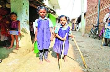 पढ़ाई का एेसा जुनून कि डंडों की बैसाखी के सहारे रोज आधा किमी चलकर स्कूल पहुंचती है जुड़वां बहनें