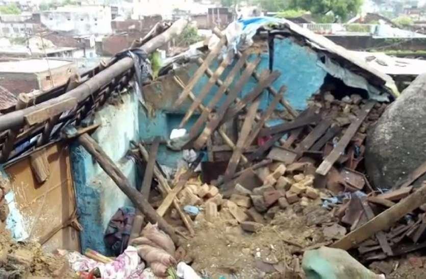 #breaking_news बारिश में भर-भराकर गिरा पहाड़ का पत्थर, दबकर महिला की मौत- देखें वीडियो