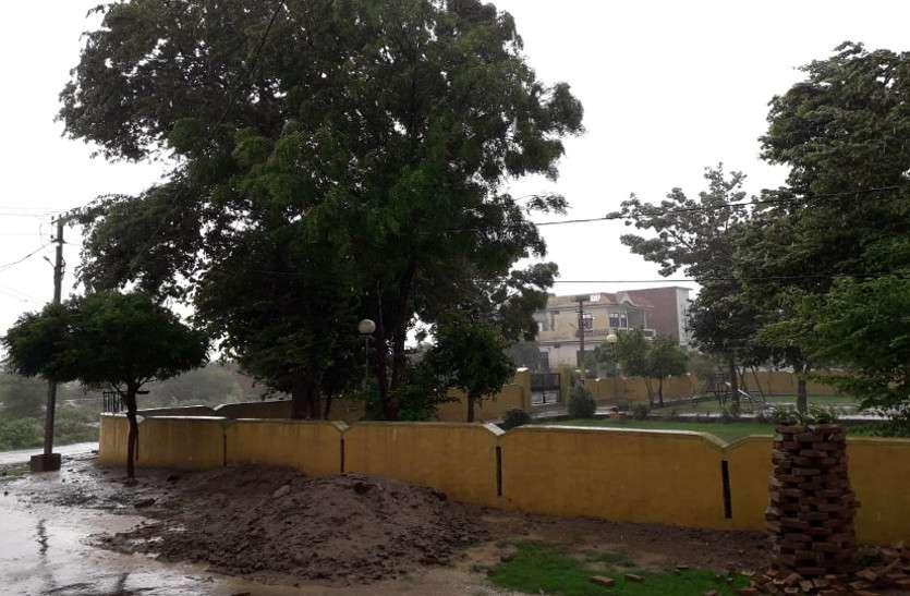 श्रीगंगानगर में बरसे मेघ, अच्छी बारिश के इंतजार में अब भी खेतों में नहीं हुई बुवाई