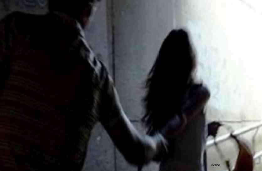 गांव की भोली भाली लड़की को अकेला देख युवक ने पकड़ लिया, इसके बाद जो हुआ जानकर रह जाएंगे हैरान